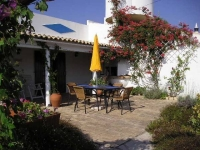 A real home from home 2 bedroom apartment cottage with magnificent sea views in the Central Algarve - Sleeps 4